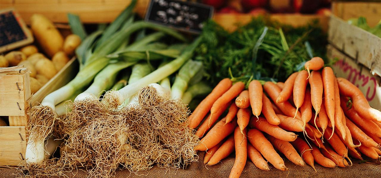 Étal de primeur en hiver : carottes et poireaux
