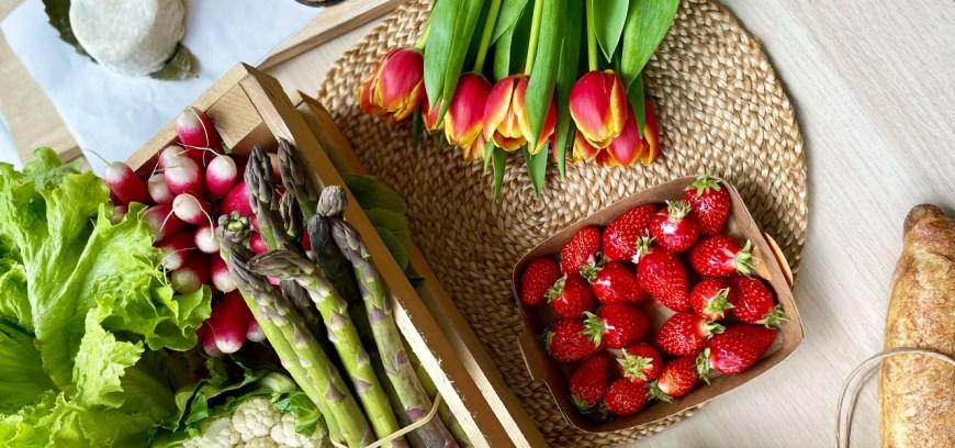 Panier du printemps : asperges, fraises, artichauts, tulipes, tarte aux fraises