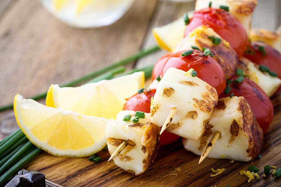 Brochette d'halloumi et légumes d'été au barbecue